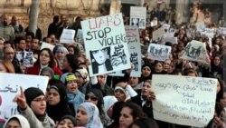 تظاهرات زنان معترض در قاهره علیه بدرفتاری با آنان. قاهره ۲۹ آذر ماه ۱۳۹۰
