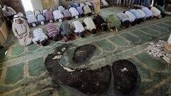 فلسطینیان در مسجد نیمه سوخته نماز می خوانند