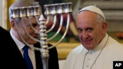 El primer ministro israelí, Benjamín Netanyahu, visitó al Papa Francisco con quien conversó de las negociaciones para conseguir la paz con Palestina.