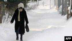 Một người phụ nữ đi trên vỉa hè bị tuyết bao phủ ở Sofia, 1/2/2012