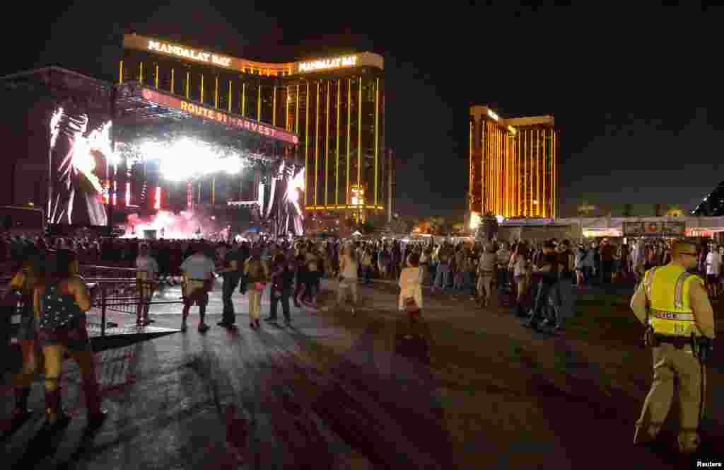 O palco do festival  Route 91 Harvest, com o hotel Mandalay Bay por trás, hotel a partir do qual foram feitos os disparos. Las Vegas Boulevard South, Las Vegas, Nevada, 1 de Out., 2017.