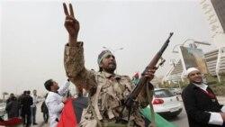 گاردين: سخنگوی دیوید کامرون می گويد بريتانيا مایل نیست مخالفان قذافی را مسلح سازد