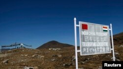 """在中印邊界印度阿魯納恰爾邦一側樹立的""""中印友誼""""的牌子。 (資料照片)"""