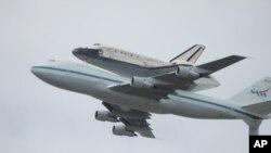 ຍານອະວະກາດໄປກັບ Discovery (ຕັ້ງຢອງຢູ່ຫລັງເຮືອບິນໄອພົ່ນ 747) ທີ່ປົດກະສຽນການປະຕິບັດການ ແລະນໍາມາຕິດຕັ້ງຖາວອນທີ່ ຫໍພິພິດທະພັນທີ່ເຂດວໍຊິງຕັນດີຊີ