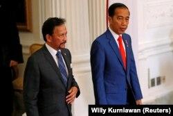 Sultan Hassanal Bolkiah Brunei dan Presiden Indonesia Joko Widodo saat pertemuan di Istana Kepresidenan di Jakarta, 20 Oktober 2019. (Foto: REUTERS/Willy Kurniawan)