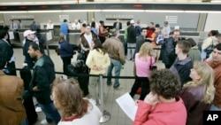미국 펜실베니아주 피츠버그국제공항에서 US에어웨이 항공을 이용하는 승객들이 티켓 카운터에 줄을 서 있다. (자료사진)