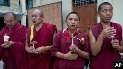 Các tu sĩ Phật giáo Tây Tạng lưu vong cầu nguyện ở Dharmsala, Ấn Độ để tưởng nhớ nhà sư Tenzin Delek Rinpoche, vừa qua đời trong tù ở Trung Quốc, ngày 13/7/2015.