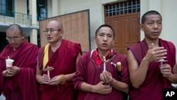 Exile Tibetan Buddhist monks participate in a candlelit vigil to remember Tibetan lama Tenzin Delek Rinpoche, in Dharmsala, India, July 13, 2015.