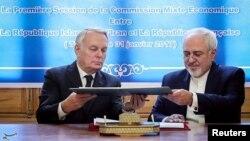 장마르크 에로(왼쪽) 프랑스 외무장관과 모하마드 자바드 자리프 이란 외무장관이 31일 테헤란에서 회담 직후 경제협력 합의문에 공동 서명하고 있다.
