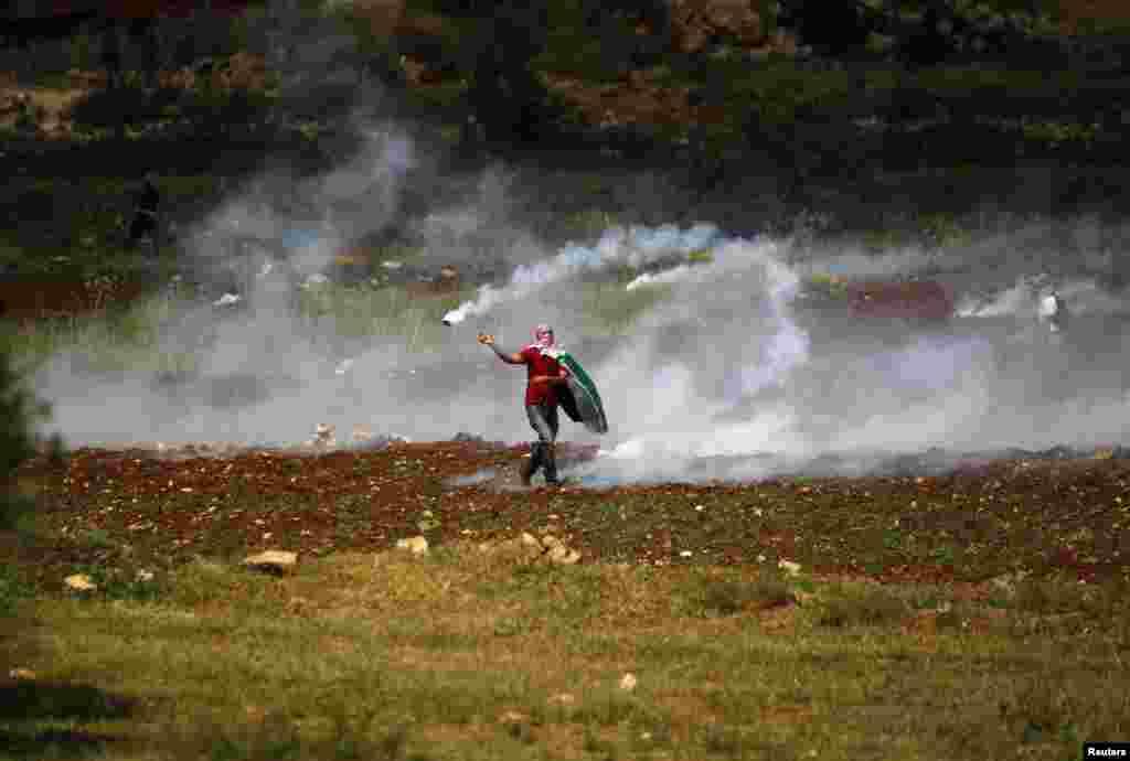 """Palestinac """"vraća"""" pripadnicima izraelskih snaga sigurnosti bombu sa suzavcem."""