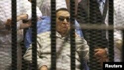 Hosni Mubarak berada di balik jeruji di sebuah akademi polisi di pinggiran kota Kairo, bulan April lalu.