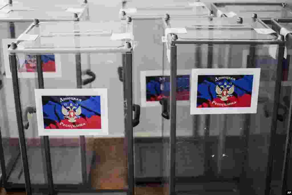 Kotak-kotak suara berhiaskan lambang bendera Republik Rakyat Donetsk di sebuah tempat pemungutan suara, dalm persiapan referndum di Donetsk, Ukraina (10/5). (AP/Manu Brabo)