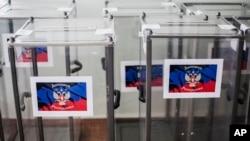 """Thùng đựng phiếu mang cờ của vùng gọi là """"Cộng hòa Nhân dân Donetsk"""" tại một điểm bỏ phiếu ở Donetsk, miền đông Ukraine, ngày 10 tháng 5, 2014."""