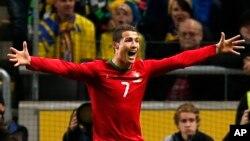 Cristiano Ronaldo celebra su tercer gol contra Suecia.