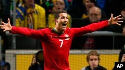 Cristiano Ronaldo merayakan gol Portugal ke gawang Swedia di Stockholm (19/12). CR7 difavoritkan untuk memenangkan piala Ballon D'or atau Bola Emas.