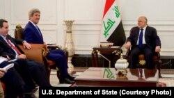 Le Secrétaire d 'Etat américain John Kerry recontre le Premier ministre irakien Haider Al-Abadi à Bagdad, Irak, le 8 avril 2016. (State Department)