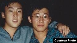 북한에 억류 중인 케네스 배 씨(오른쪽)와 대학 동창 바비 리 씨(왼쪽)의 1980년대 말 학창시절 사진.