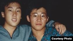 북한에 억류 중인 케네스 배 씨(오른쪽)와 그의 대학 동창 바비 리 씨(왼쪽)의 1980년대 말 학창시절 사진.