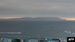 Chiếc tàu du ngoạn Costa Concordia nằm nghiêng trong nước 2 ngày sau khi tai nạn xảy ra