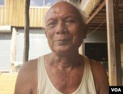 លោក មាស មុត អតីតមេបញ្ជាការយោធាជើងទឹកសម័យខ្មែរក្រហម នៅគេហដ្ឋានរបស់លោកនៅស្រុកសំឡូត ខេត្តបាត់ដំបង កាលពីថ្ងៃទី១២ ខែសីហា ឆ្នាំ២០១៥។ (សុខ ខេមរា/VOA Khmer)