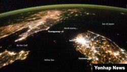 미국 항공우주국 (NASA)이 최근 촬영해 공개한 한반도 밤 사진. 한국은 불빛이 환한 반면 북한은 캄캄한 바다처럼 보인다. (자료사진)