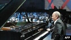 Премьер-министр РФ Владимир Путин на благотворительном концерте в Санкт-Петербурге. Россия. 10 декабря 2010 года