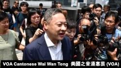 香港和平佔中發起人戴耀廷因公眾妨擾等罪名被判入獄16個月,他服刑接近4個月後,8月15日獲准保釋等候上訴 (攝影:美國之音湯惠芸)