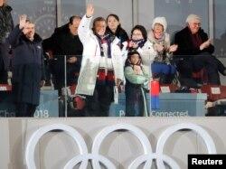 9일 강원도 평창에서 열린 2018 평창동계올림픽 개막식에서 문재인 한국 대통령(가운데), 토마스 바흐 IOC 위원장(왼쪽)이 관중을 향해 손을 흔들고 있다. 그 뒤로 김영남 북한 최고인민회의 상임위원장(뒷줄 두번째)과 김정은 북한 국무위원장의 여동생인 김여정 노동당 중앙위 제1부부장(뒷줄 세번째) 모습이 보인다.