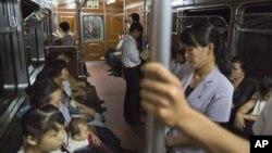 지난달 10일 평양 지하철의 북한 주민들.