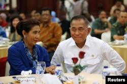 Menteri Perikanan Susi Pudjiastuti berdiskusi dengan Menteri Pertahanan Ryamizard Ryacudu mengenai upaya meningkatkan perlindungan perairan Indonesia dari pencurian ikan ilegal, Jakarta, 10 Mei 2016.