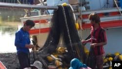 ထုိင္း ငါးဖမ္းစက္ေလွမွာ အလုပ္လုပ္ေနၾကတဲ့ ျမန္မာေရႊ႕ေျပာင္းအလုပ္သမားေတြ။