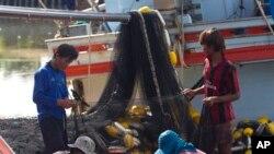 Pekerja migran asal Myanmar di atas kapal nelayan di provinsi Samut Sakhon, sebelah barat Bangkok, Thailand. (AP/Sakchai Lalit)