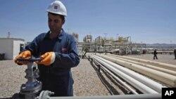 Một nhân viên làm việc tại 1 giếng dầu trong khu vực tự trị của người Kurd ở Iraq (hình lưu trữ)