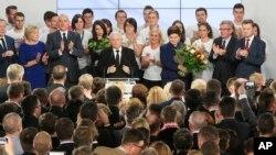 Ярослав Качиньский и Беата Шидло на вечеринке в штаб-квартире в Варшаве, Польша. 25 октября 2015.