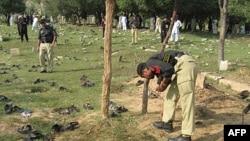 Cảnh sát Pakistan tại hiện trường vụ đánh bom tự sát ở Shina Samar Bagh trong khu vực bộ lạc Lower Dir, ngày 15/9/2011