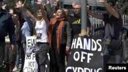Para demonstran Siprus memrotes kebijakan pemerintahan Presiden Nicos Anastasiades di Nicosia hari Senin (18/3).