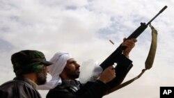لیبیا میں سرکاری فورسز کے باغیوں پر فضائی، زمینی حملے