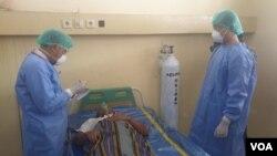 Petugas Medis di RSU Anutapura Kota Palu dalam simulasi penanganan pasien diduga terinfeksi Covid-19, 4 Maret 2020 (VOA/Yoanes Litha).