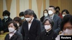韩国首尔的一所教会内信徒们都戴上了口罩预防新冠病毒