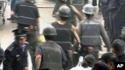 救援人员11月4日把义马市千秋煤矿事故中的伤者送往医院