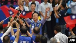 国民党总统竞选人韩国瑜在台北向支持者挥手致意。(2019年7月20日)