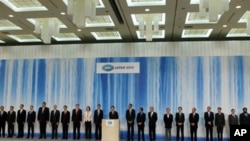 ບັນດາຜູ້ນຳແລະ ຜູ້ແທນເຂົ້າຮ່ວມກອງປະຊຸມສຸດຍອດຂອງກຸ່ມ APEC ຖ່າຍຮູບຮ່ວມກັນ ໃນວັນທີ 13 ພະຈິກ 2010 ທີ່ນະຄອນ Yokohama, ຍີ່ປຸ່ນ.