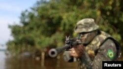 Un soldat de l'armée brésilienne patrouille à la frontière avec la Colombie à Vila Bittencourt, dans l'État amazonien, au Brésil, le 18 janvier 2017.