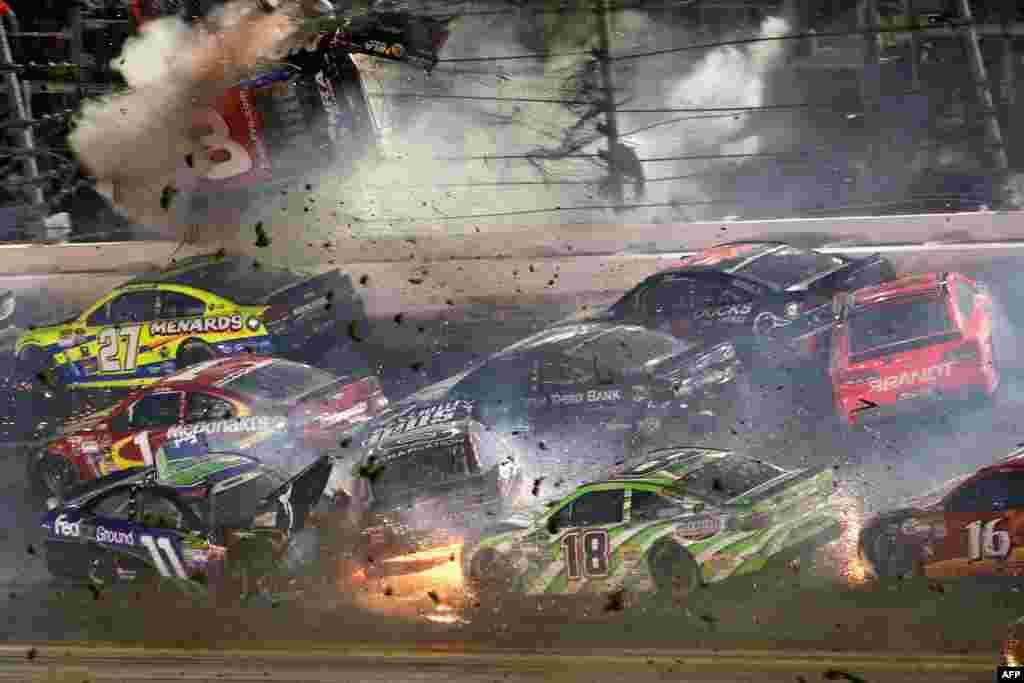 Ostin Dilon, vozač #3 Bass Pro Shops Chevrolet-a, jedan je od takmičara na ovogodišnjem NASCAR Sprint Cup, koji je učestovao u višestrukom sudaru na stazi u Djetona Biču na Floridi. 6. juli, 2015.