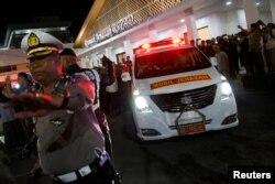 Ambulans yang membawa peti jenazah mantan Presiden Indonesia B.J. Habibie yang wafat siang ini, 11 September 2019, meninggalkan rumah sakit Angkatan Darat Gatot Soebroto di Jakarta, 11 September 2019. (REUTERS/Willy Kurniawan)