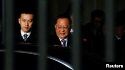 중국을 방문한 리용한 북한 외무상이 베이징 공항에 도착한 후 차를 타고 있다.