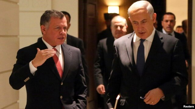 Jordan's King Abdullah (L) walks with Israel's Prime Minister Benjamin Netanyahu before their meeting at the Royal Palace in Amman, Jan. 16, 2014.