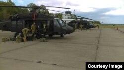 Dva helikoptera UH-60 Black Hawk sletjela u zračnu luku Dubrave kod Tuzle, 3. maj 2021. (Foto: Ministarstvo odbrane BiH)