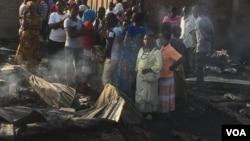 Un marché a pris feu la nuit dernière à Kinindo, au Burundi, détruisant une section entière du complexe (Photo Edward Rwema, VOA)
