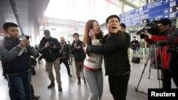 馬拉西亞航空公司班機發生墜機意外後,在北京首都國際機場懷疑是有關航班乘客的家屬情緒激動
